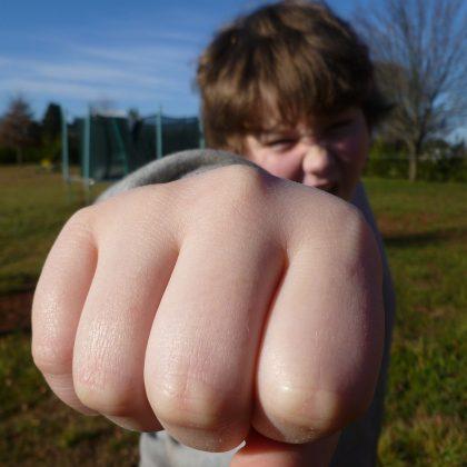 איך גורמים לילד להפסיק להרביץ